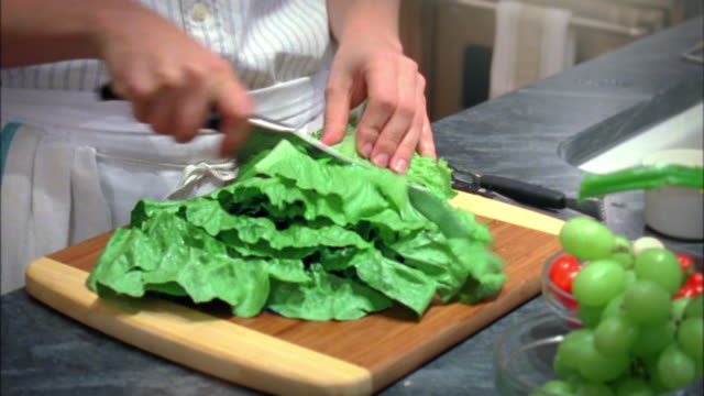 vidéos et rushes de cu tu r/f woman chopping lettuce, new york city, new york, usa - salade verte