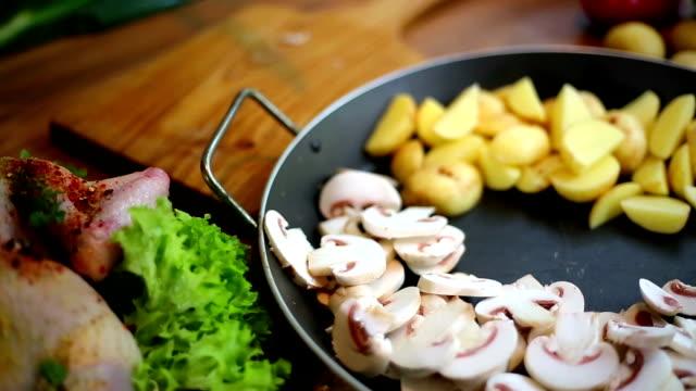 donna tagliare a pezzi funghi con coltello sul tagliere. - cucina vegetariana video stock e b–roll