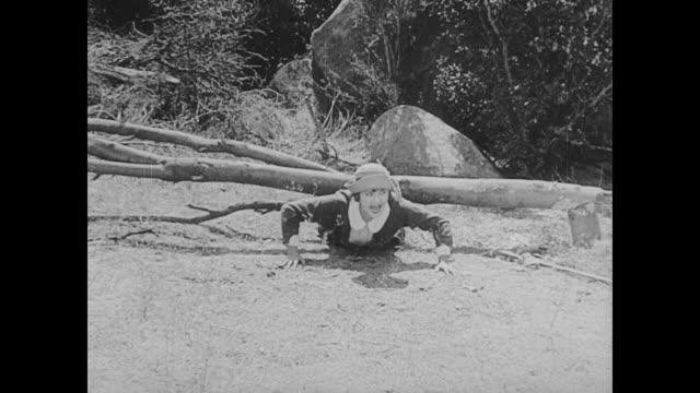 vídeos y material grabado en eventos de stock de 1923 woman (phyllis haver) chops down tree onto herself - atrapar