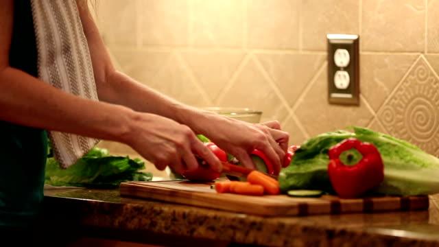 vídeos y material grabado en eventos de stock de mujer costillas ensalada de verduras para la cena.  casa cocina. - utensilio para cocinar