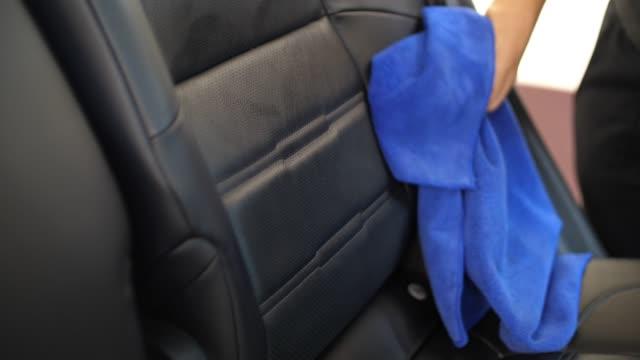 slo mo, kvinna rengöra hennes bilbarnstol - biltvätt bildbanksvideor och videomaterial från bakom kulisserna