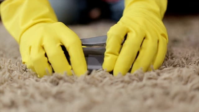 vídeos de stock e filmes b-roll de woman cleaning a carpet - limpar