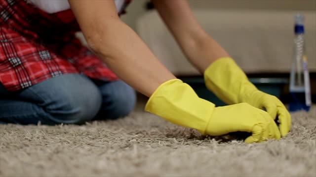 vídeos de stock, filmes e b-roll de mulher limpar um tapete - higiene