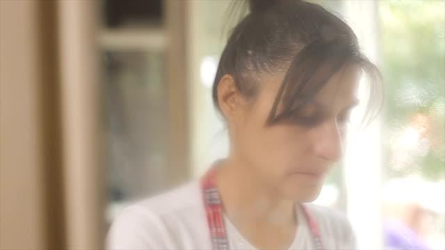 Frau eine Glasreinigung am Fenster