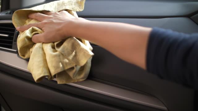 vídeos y material grabado en eventos de stock de limpieza interior de coche mujer - trapo de limpiar el polvo