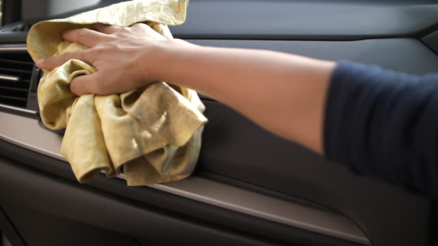 frau reinigung autoinnenraum - lappen reinigungsgeräte stock-videos und b-roll-filmmaterial