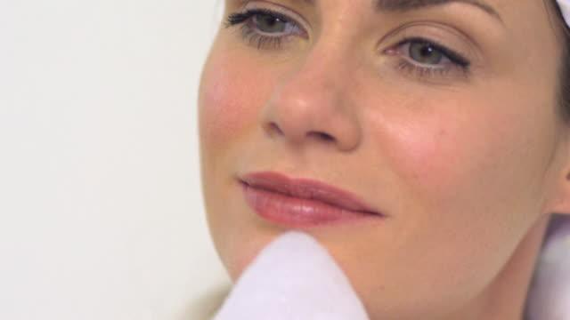 vídeos y material grabado en eventos de stock de cu slo mo woman cleaning face / london, greater london, united kingdom - mejora personal
