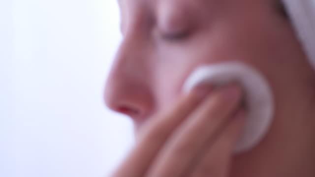 vídeos y material grabado en eventos de stock de mujer de limpieza de rostro con limpiador facial - limpiador facial