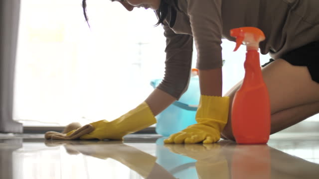 vídeos de stock e filmes b-roll de woman cleaning her floor at home - casa de banho doméstica