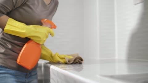 vídeos y material grabado en eventos de stock de encimera de cocina de limpieza para mujer con spray - clean