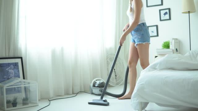 掃除機付き女性クリーニングルーム - コードレスフォン点の映像素材/bロール