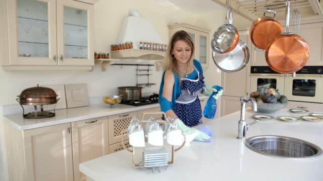 frau, die tisch reinigt und tippe in der küche - haushaltsaufgabe stock-videos und b-roll-filmmaterial