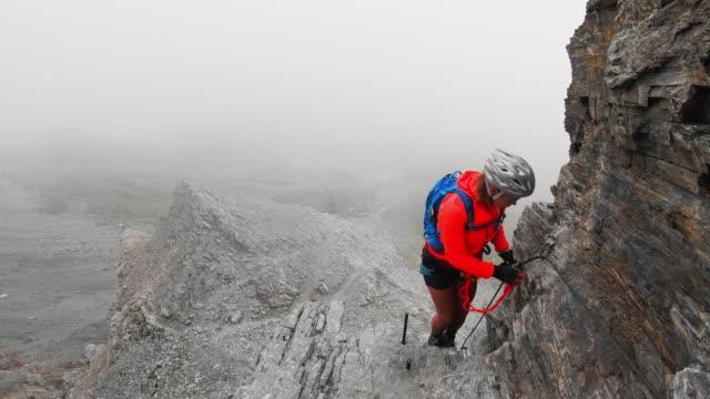 ロットストック経由フェラータトレイルの女性登山家 - 目が回る点の映像素材/bロール