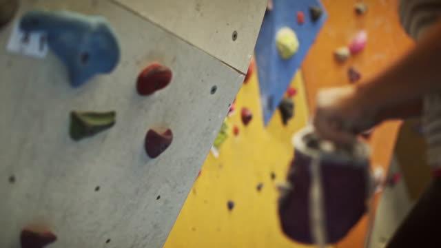 stockvideo's en b-roll-footage met vrouw klimmen en boulderen - boulder