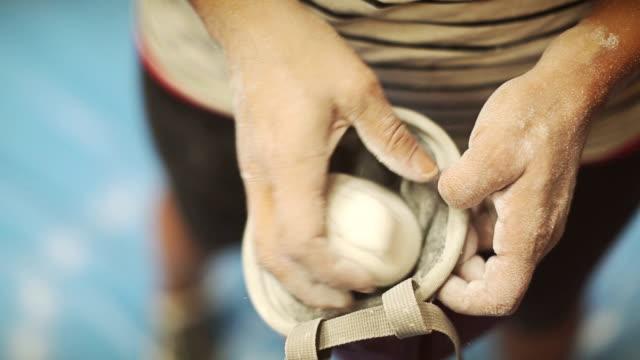 stockvideo's en b-roll-footage met vrouw klimmen en boulderen - vrij klimmen