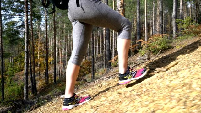 Mujer subiendo el camino de las montañas.