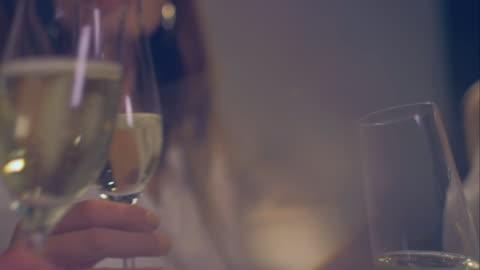 stockvideo's en b-roll-footage met woman clinking glasses - babymeisjes