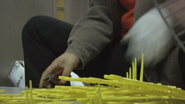 vídeos de stock e filmes b-roll de cu zo woman clipping toothbrushes as they come of machine in factory / yangzhou, jiangsu, china - escova de dentes