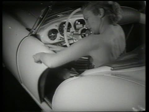 vidéos et rushes de woman closing sliding door on kaiser darrin sports car / car show / sound - voiture particulière