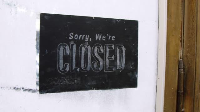 vídeos y material grabado en eventos de stock de mujer cerrando el estudio de cerámica - señal de cerrado