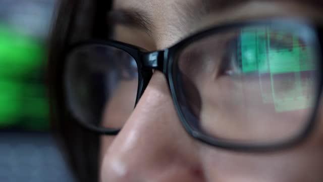 女性コーディングプログラムアイ探しモニター - dedication点の映像素材/bロール