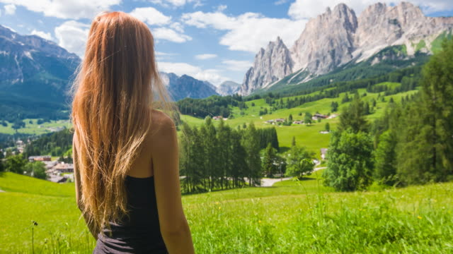 woman connecting with nature and taking in amazing views in mountainside - stazione sciistica video stock e b–roll