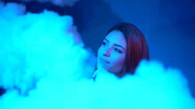 vídeos de stock, filmes e b-roll de contemplação de mulher em nuvens no fundo - espaço para texto