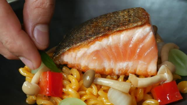 pâtes et saumon cuisinier femme