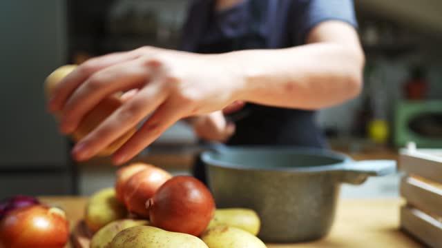 donna che cucina a casa una zuppa di cereali - ricetta video stock e b–roll