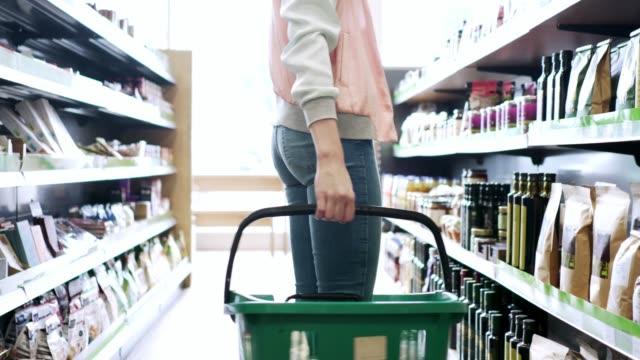 vidéos et rushes de costumier de femme épicerie au supermarché bio - panier courses