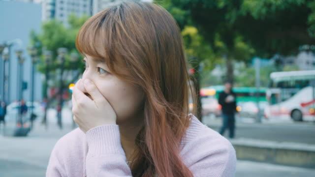女性の咳や都市の屋外でくしゃみ - 鼻腔点の映像素材/bロール