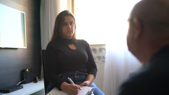vídeos de stock, filmes e b-roll de conselheira mulher ouve com compaixão para cliente sênior do sexo masculino em casa - profissional de saúde mental