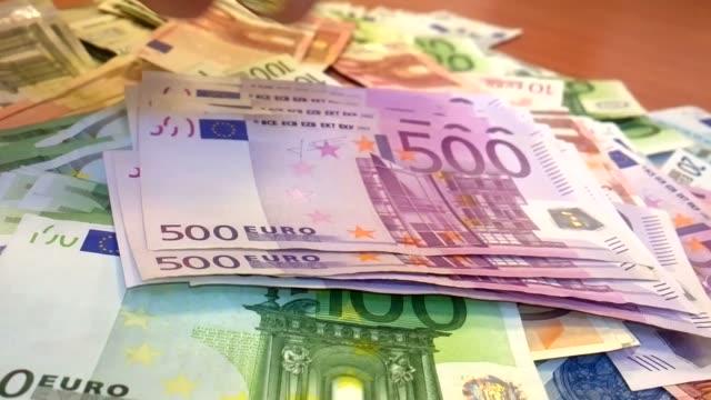 frau geld zählen - geldschein stock-videos und b-roll-filmmaterial