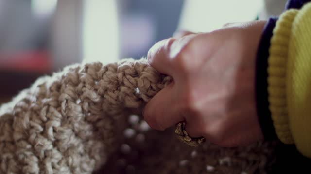 vídeos y material grabado en eventos de stock de woman crocheting - tejido partes del cuerpo