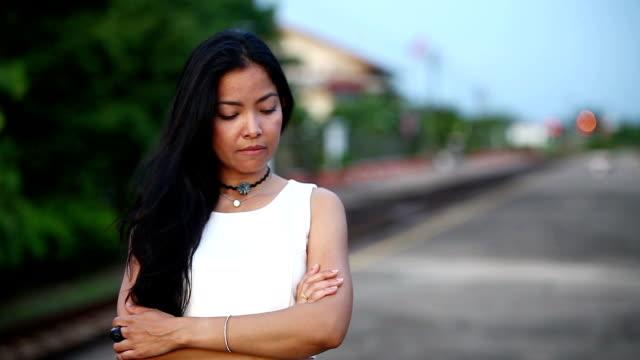 stockvideo's en b-roll-footage met vrouw kruis iemands arm en zeer droevig - menselijke arm
