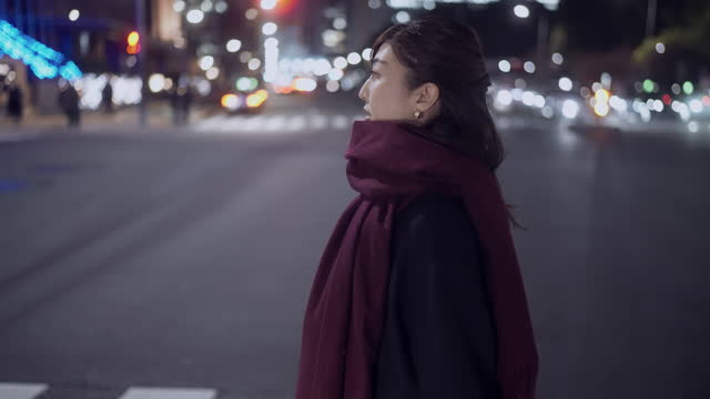 woman crossing the road in city at night - warm clothing stock videos & royalty-free footage