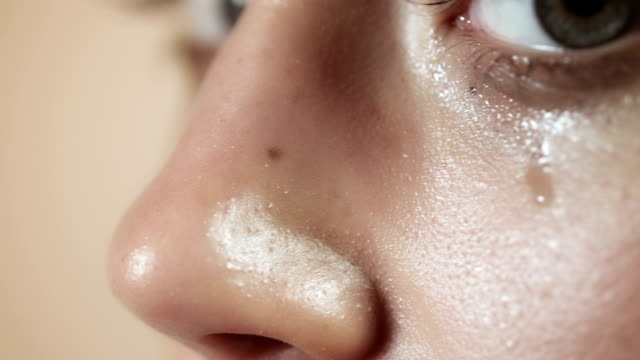 stockvideo's en b-roll-footage met woman crying closeup - menselijke neus