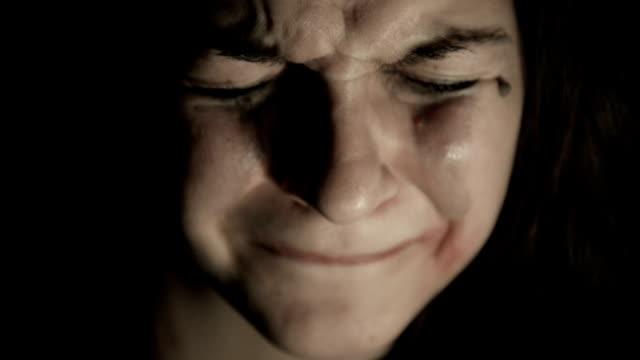 vídeos de stock, filmes e b-roll de mulher chorando - olhos fechados