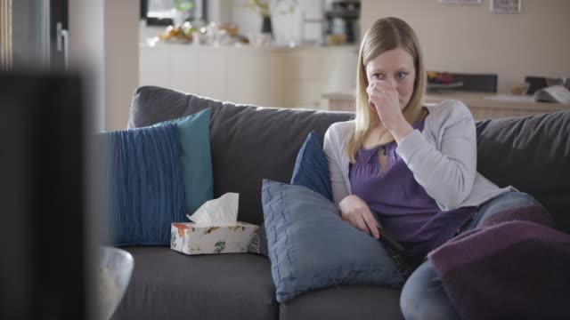 stockvideo's en b-roll-footage met vrouw huilen tijdens het kijken naar een film op de bank - huilen gezichtsuitdrukking