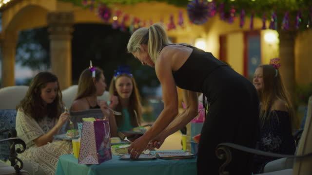 vídeos y material grabado en eventos de stock de woman cutting and serving cake to girls at birthday party / cedar hills, utah, united states - encuadre de tres cuartos