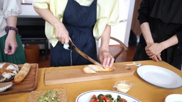 まな板にパンを切る女性 - 神奈川県点の映像素材/bロール