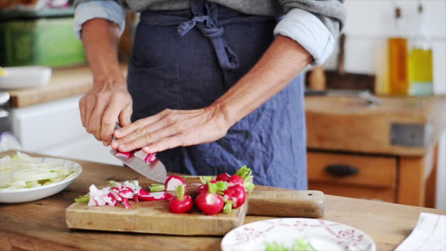 woman cutting radishes - einzelne frau über 40 stock-videos und b-roll-filmmaterial