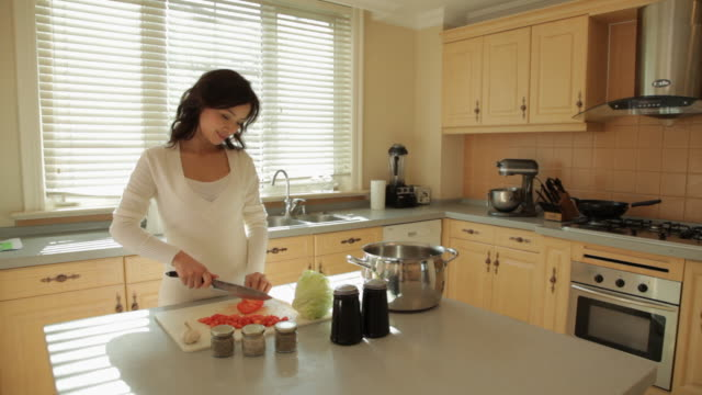 vídeos de stock, filmes e b-roll de ms woman cutting vegetables in kitchen / china - bancada de cozinha mobília