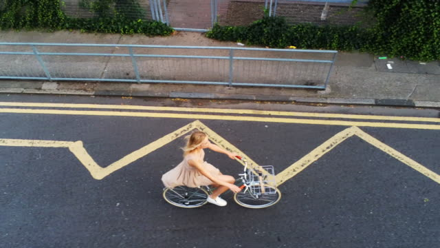 woman cycling - korb stock-videos und b-roll-filmmaterial