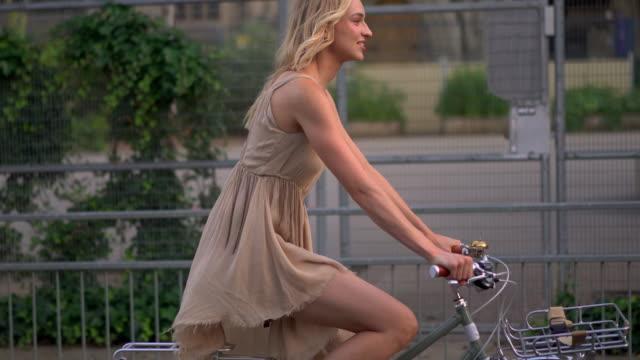 woman cycling - 金髪点の映像素材/bロール