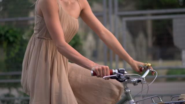 woman cycling - gleichgewicht stock-videos und b-roll-filmmaterial