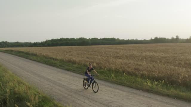女性サイクリング - クロスカントリーサイクリング点の映像素材/bロール