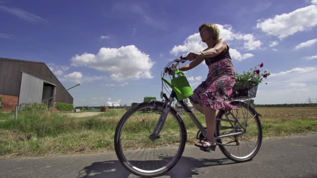 vídeos y material grabado en eventos de stock de cámara lenta: mujer ciclista - una sola mujer madura