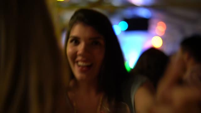 vidéos et rushes de danse de la femme et s'amuser à la discothèque - dancing