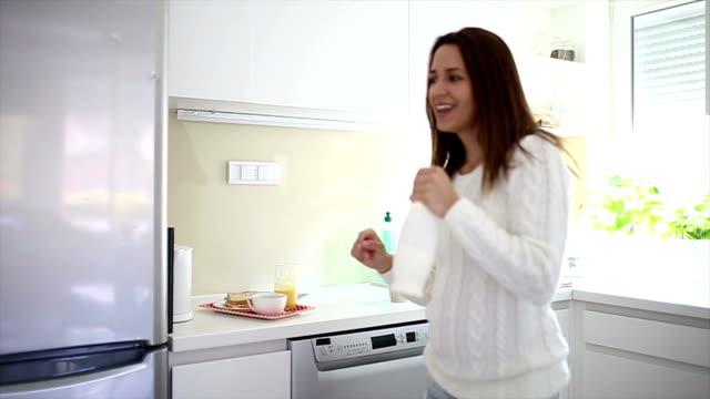 女性家でダンスと歌